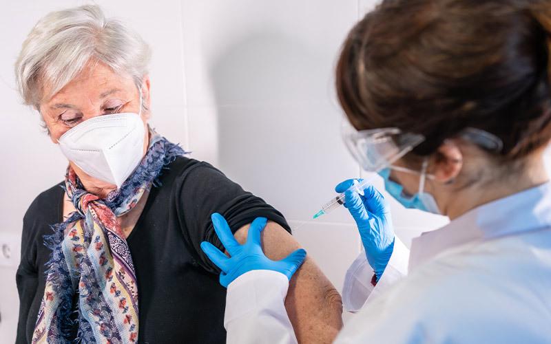 Con i vaccini anti COVID-19 crollano infezioni, decessi e ricoveri